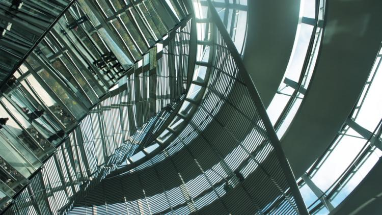 Bundestag Kuppel innen_CC BY SA 2.0_www.flickr.com-photos-lauralouise